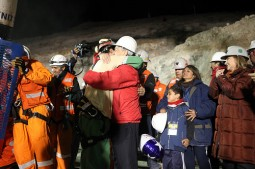 Førstemann opp fra gruven Florencio Avalos får godklem av president Pinera.