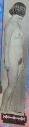 """Barberbladet under kvinnens føtter forandrer bildets betydning og skaper assosiasjoner til skade. Jon Gundersen, """"Om å skjære seg på dun"""", 1980 - detalj. BONO/Jon Gundersen 2011. Foto: Nasjonalmuseet"""