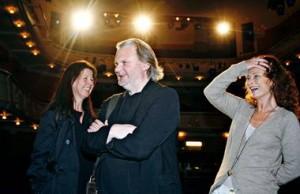 Jon Fosse på generalprøven til «Eg er vinden» sammen med de svenske filmdivaene Ingela Olsson (t.v.) og Lena Endre på generalprøven. FOTO: ©Silje Katrine Robinson.