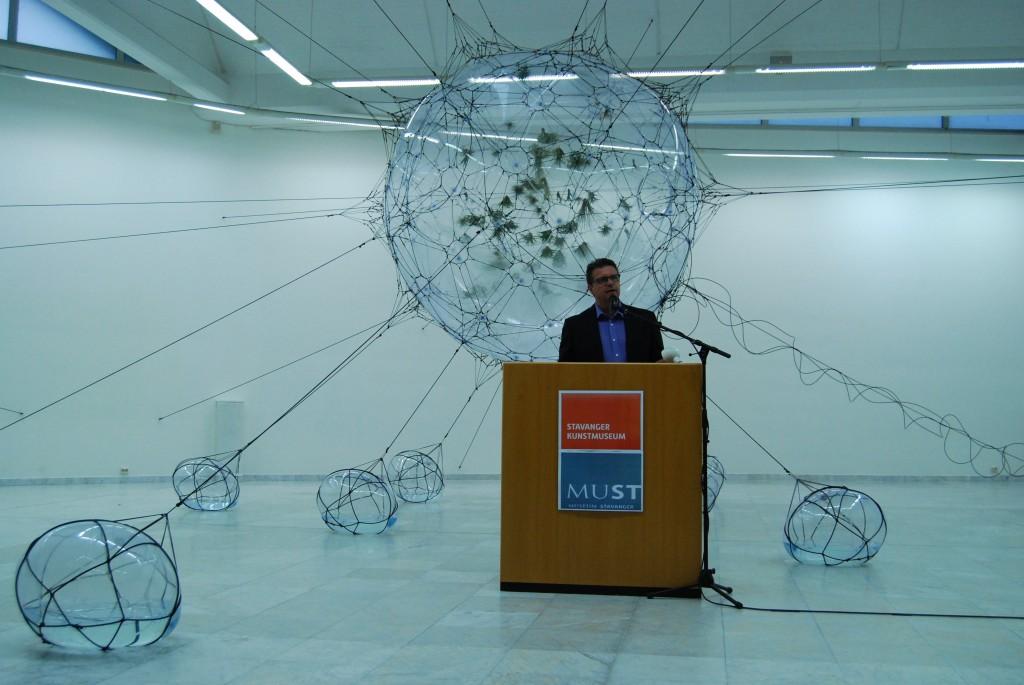 """Tomás Saraceno, """"Biosphere"""", fra åpningen av utstillingen """"RETHINK Contemporary Art and Climate Change"""" på Stavanger Kunstmuseum. Foto: Stavanger Kunstmuseum"""