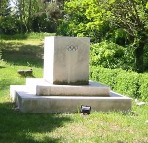 Eit OL-monument i Tegea, Peleponnes, til minne om fakkelstafetten i forkant av Berlin-1936.