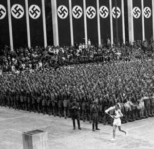 Olympisk massemønstring: fakkelen kjem til Olympiastadion i Berlin, 1936.