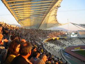 Fotballpublikum i aksjon inne på Olympiastadion i Athen i mai 2006.