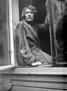 "Ralph L. Wilson, ""Edna i vindu"", 1920-talet. Foto: Billedsamlingen, Universitetsbiblioteket i Bergen"