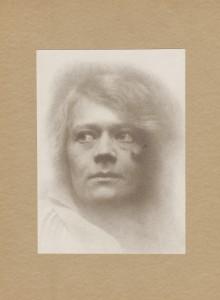 "Ralph L. Wilson, ""Utsnitt, Edna i vindu"". Foto: Billedsamlingen, Universitetsbiblioteket i Bergen"