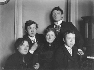 "Ralph L. Wilson, ""Interiør. Hos Besta, Engen, familien Wilson + Emma"",  1900-1910. Foto: Billedsamlingen, Universitetsbiblioteket i Bergen"