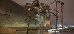 "Louise Bourgeois, ""Maman"" ved Guggenheim-museet i Bilbao. Foto: Didier Descouens/Wikimedia Commons (http://no.wikipedia.org/wiki/Fil:Maman_de_Louise_Bourgeois_-_Bilbao.jpg)"
