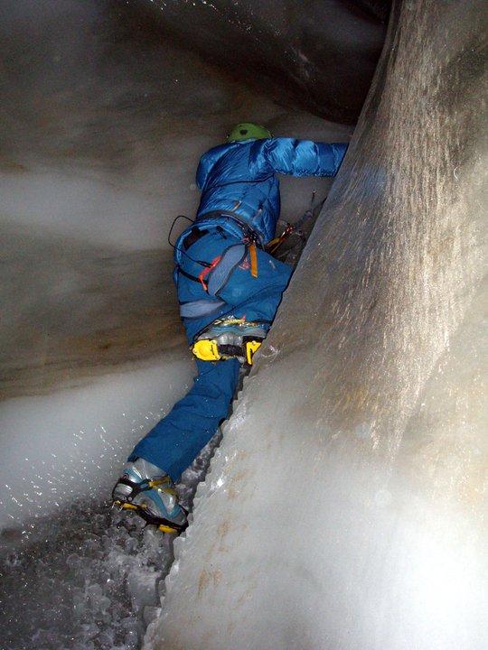 Action i isgrotte inne i en isbre