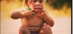 Bildet viser et barn som gjør en morsom grimase