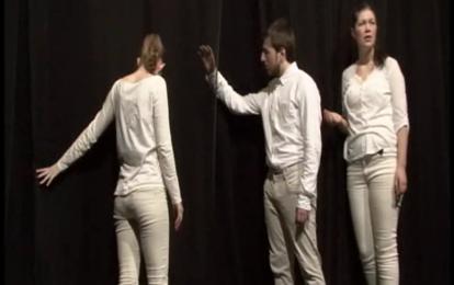 Skuespillerne berører den minimalistiske scenografien: Et stort slør av sort tyll. Foto: Nils Christian Boberg