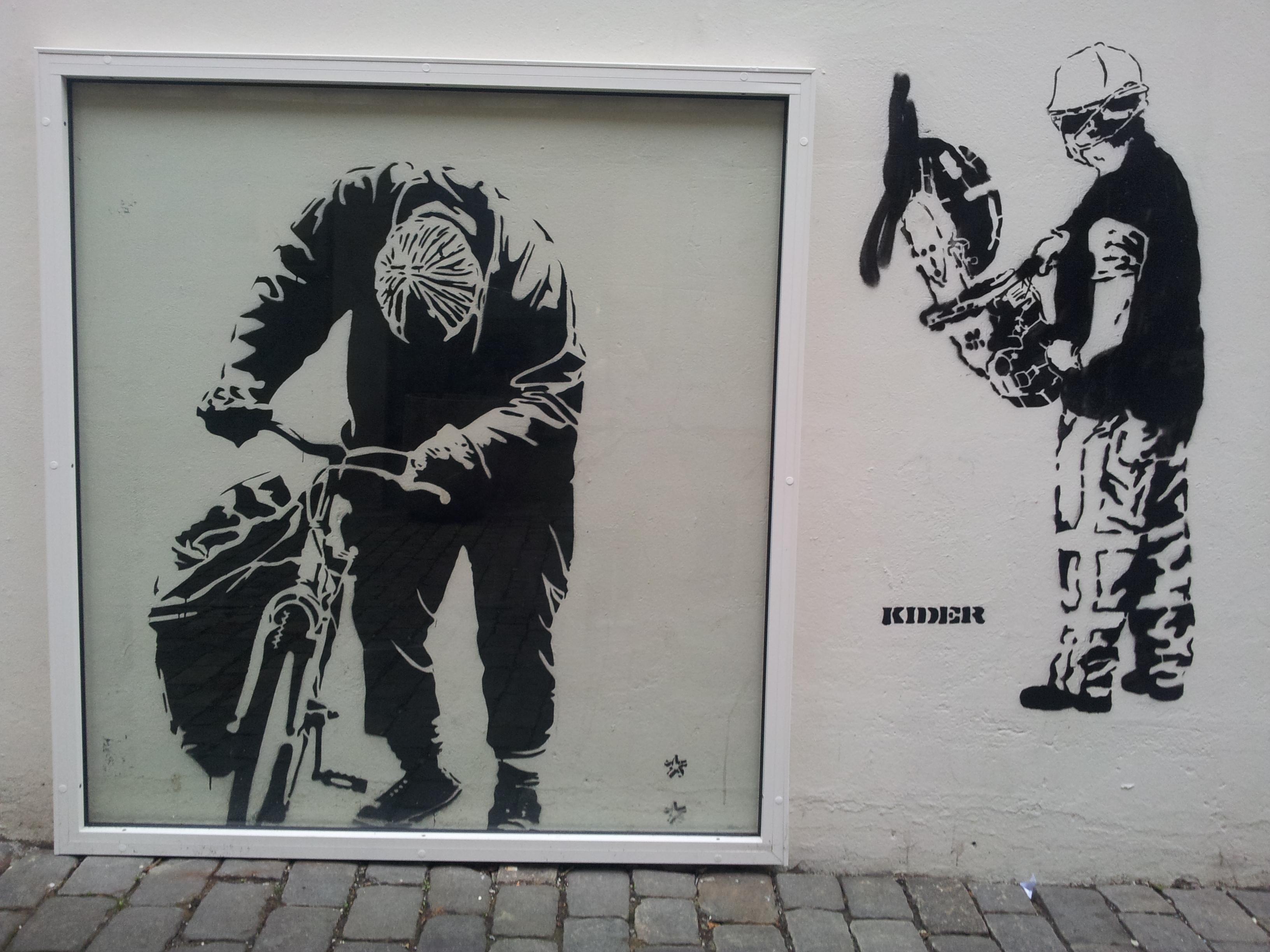 5: Argus' sjablong av hjemløse Otto - en kjent skikkelse i Bergens bybilde. Ved Siden av har Kider lagt til en mann med vinkelsliper. Foto: C. Grasdal