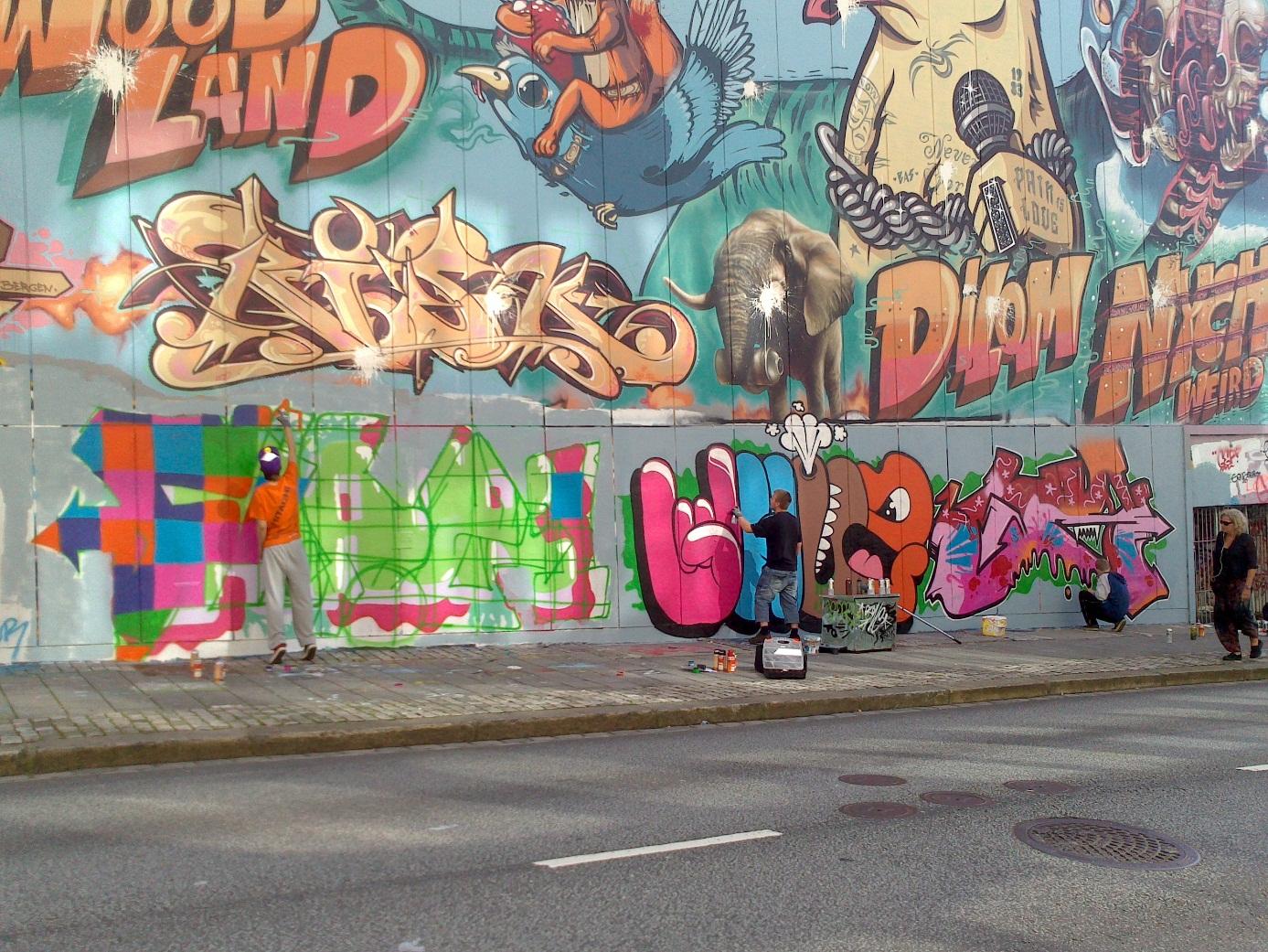 Graffitimalere med ulike stiler på lovligveggen Sentralbadet sommeren 2013. Foto: C. Grasdal