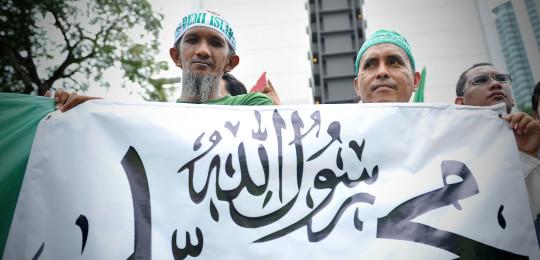 Demonstranter med stor banner - featured
