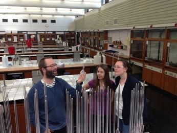 Steven inspiserer reagenser for massespektrometri med Masterstudenter Henriette og Kristina.