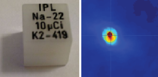 Den radioaktive punktkilden på 0,3 mm, støpt inn i en kube av akryl. Venste: Fotografi. Høyre: PET-rekonstruksjon.