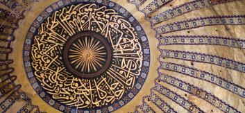 Dekorativ arabisk skrift i taket på kuppel