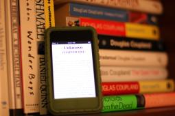 Papirboka treng ikkje å vere truga av eit digitalt alternativ. Foto: Devon Christopher Adams / Flickr Creative Commons.