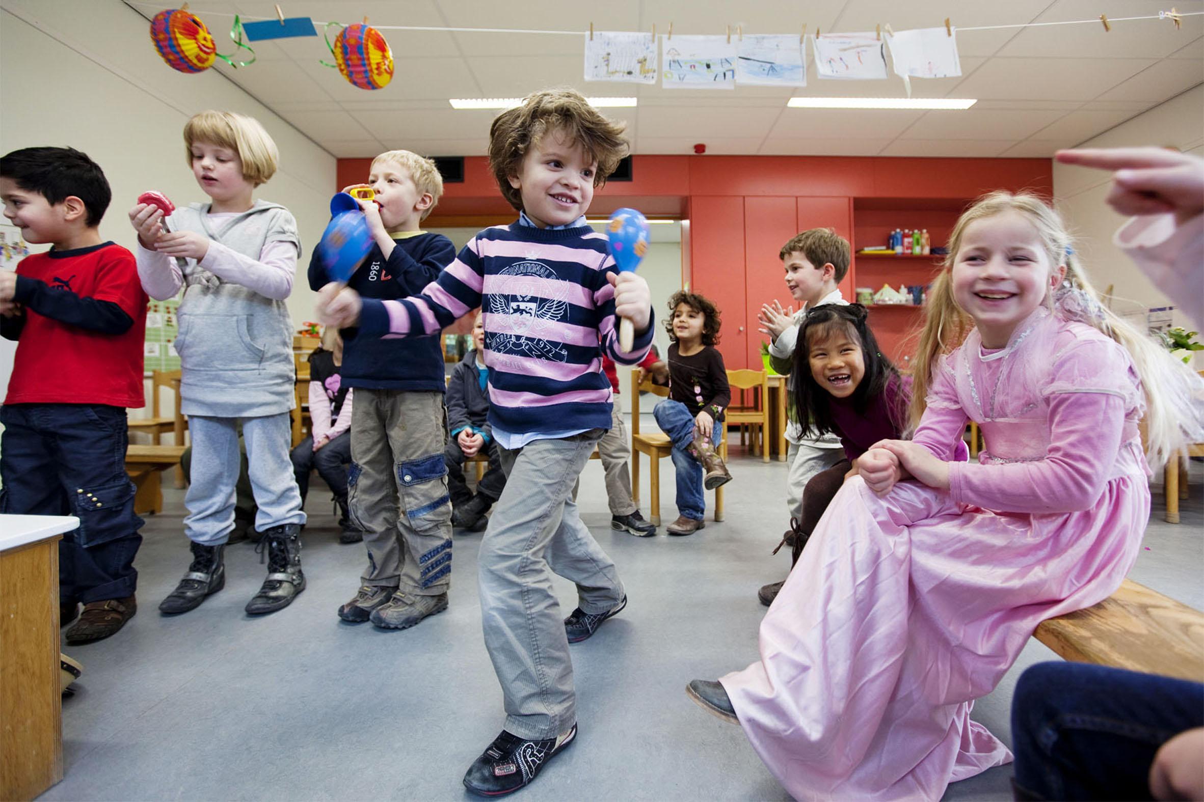 Samarbeid, diskusjon og positive læreopplevelser står sentralt hos Dewey. Foto: Atelier Pro/Jannes Linders, Flickr
