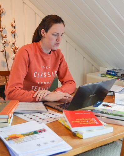 Masterstudent som studerer