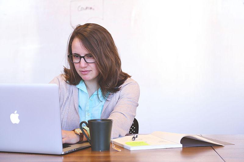 Kvinne arbeider på PC