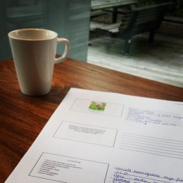 Dokument og kaffekopp