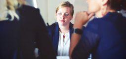 ledelse, tre forretningskvinner diskuterer