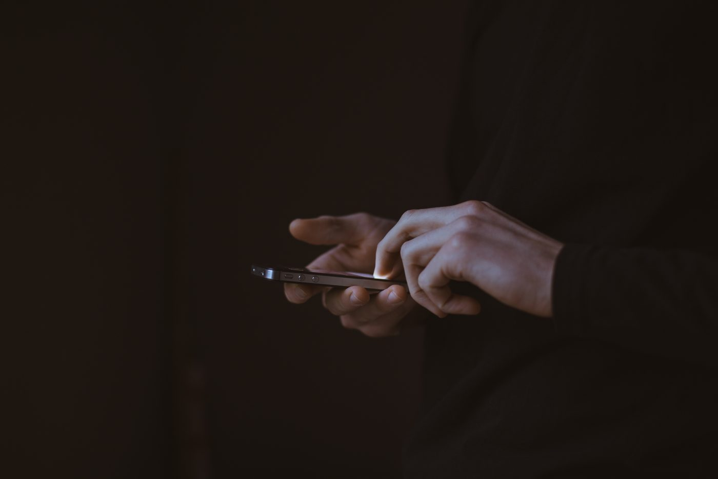 telefon hender mørke