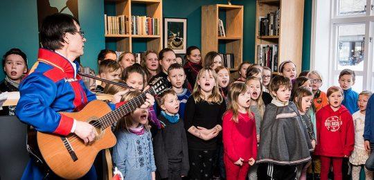 Elever og lærere fra Prestvannet skole fremfører joik og rap under samisk uke 2016