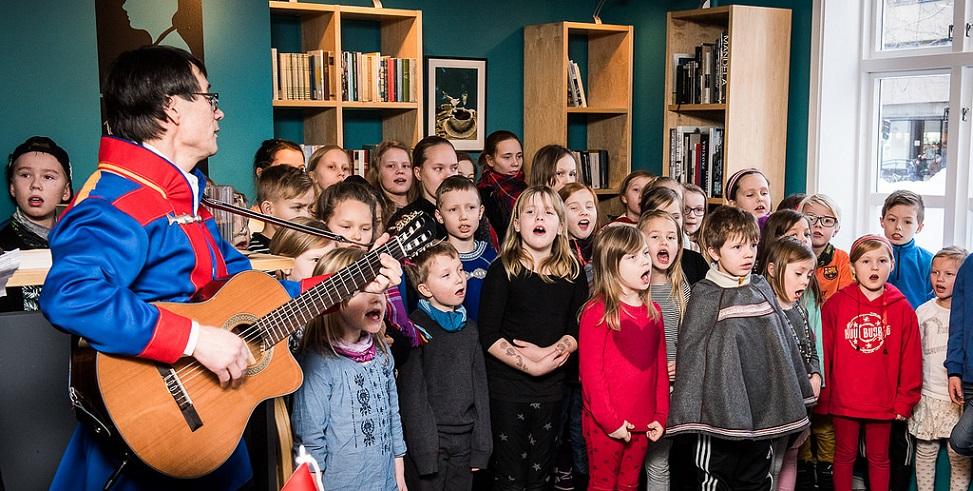 Elever og lærere fra Prestvannet skole fremfører joik under samisk uke 2016