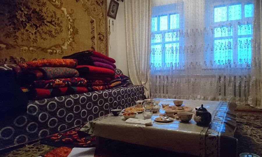 Lunsj i en leilighet i en landsby utenfor Talas, med tradisjonelle retter og sittemåte.