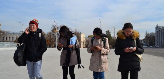 Unge på Ala-Too-plassen i sentrum av Bisjkek