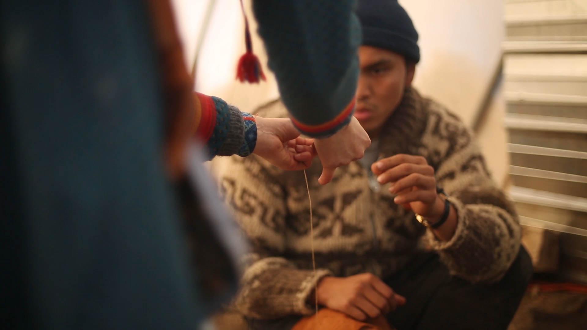 kurs i å sy etter samisk tradisjon i standing rock campen